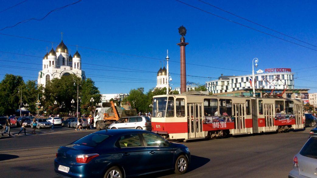 blaues Auto, rotweißrote Straßenbahn, orthodoxe Kirche